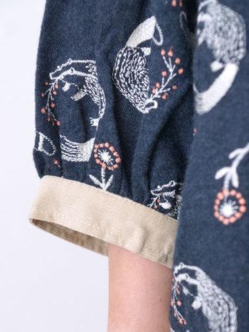 ガーリーなギャザーの袖口は、コーデュロイの切り替えがポイントになっています。