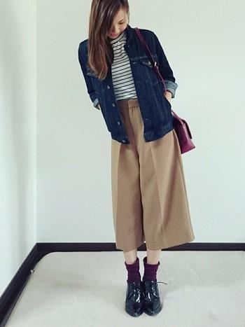 バッグ&靴下にボルドーを投入。色が加わることで華やかになりますね。