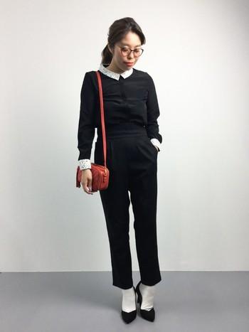 黒のパンプスに合わせた白靴下と、部分的に白を利