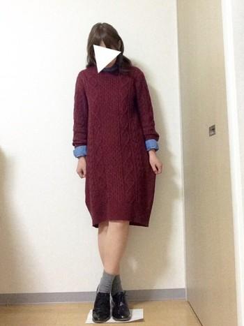 カジュアルなケーブルニットワンピはメンズライクな靴と合わせるのが正解。袖口からのぞくブルーのシャツもいいアクセントになっていますね。