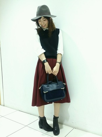 こちらもハット&ブーツでメンズらしさをプラス。ボルドーのかわいらしいスカートをやや抑え気味に履いています。カラーのコーディネートも素敵。