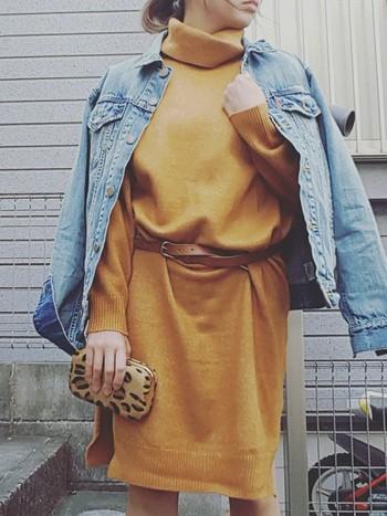 ワンピースにベルトを巻くと、長すぎて余ってしまうことがあります。そういう場合は、あえてグルグルとウエストに巻くのがおすすめです!さらっとデニムジャケットを羽織ったスタイルもおしゃれですね。
