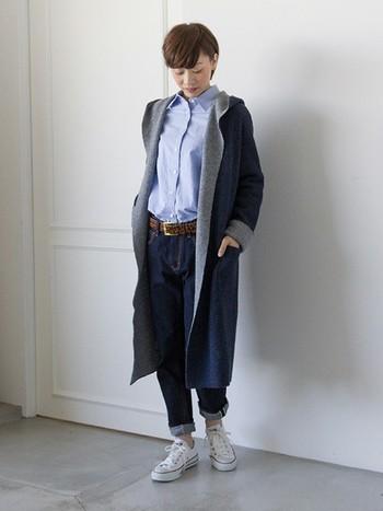 デニムとシャツを合わせたメンズライクなコーディネートには、柄物の幅広ベルトがおすすめです。無地コーデをシンプルにしすぎず、おしゃれな着こなしになります。