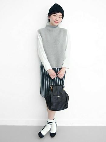 ストライプのスカートと、白色のラインソックスは一見合わせにくそうなアイテムですが、全体的な色を合わせたことによってすっきりとまとまった印象になっています。