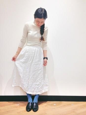 白×白でやわらかい印象のコーディネートに、さわやかなオールドターコイズのタイツを。雪の妖精さんみたいですね。