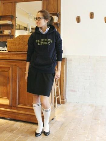 メガネにシャツ、パーカーを合わせたスクールガールスタイルにラインソックスでスポーティさをプラスしたコーデです。長めのラインソックスは、ぜひ短めのスカートと合わせたいアイテムですね。