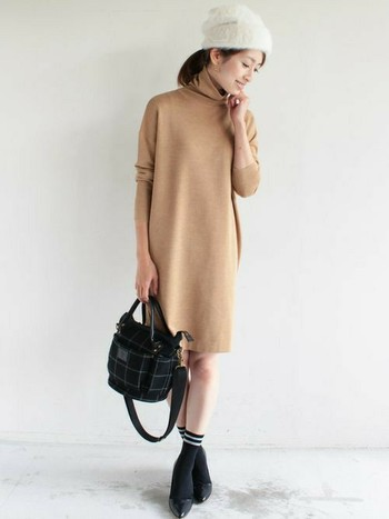 タートルニットワンピースに、バッグと靴下、パンプスの色を黒で合わせれば統一感が出てすっきりとした印象になっています。