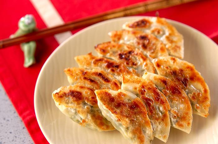 餃子と言えば、表面がカリッとした焼き餃子ですよね。ですが、実は焼き餃子が主流なのは日本特有なんです!水分をしっかり飛ばしたあとに、縁から油を少し入れて焼くのが、カリッとした表面に仕上げるコツです。