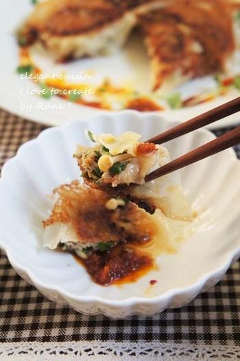タネにはえのきを入れて、いつもの餃子と違った食感をプラス。さらに、タネと一緒に、味噌やコチュジャンなどを混ぜることで韓国風に。食べるラー油と一緒に、ご飯も進みます♪