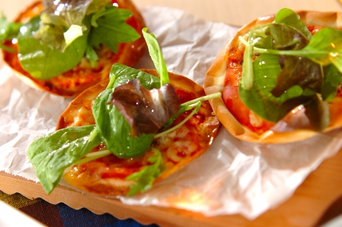 ピザ生地を餃子の皮で代用。生野菜を最後に乗せてオリーブオイルをかければ、サラダに♪ワインなどのおつまみにもいいですね。