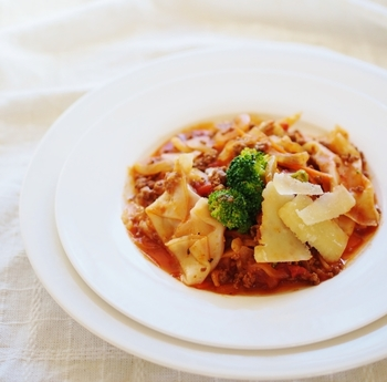 餃子の皮でソーセージを包んでラビオリ風に。ラビオリのもちもち食感を餃子の皮で手軽に楽しめます♪