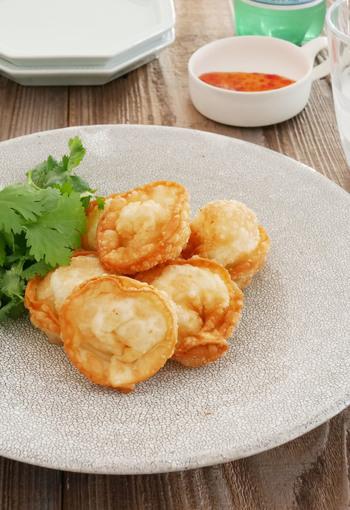 ポテチサラダを餃子の皮で包んでトルテリーニ風に。ポテトサラダが余ったときにも使えるアレンジレシピですね。ひと口サイズで、お弁当にも◎
