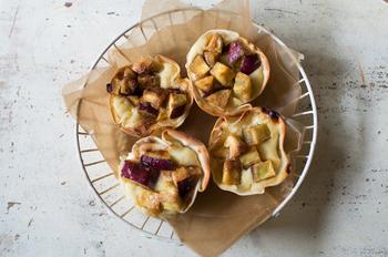タルト生地の代わりに餃子の皮を使用。ヨーグルトでさっぱり甘さ控えめのタルトです♪朝食やおやつにピッタリですね。
