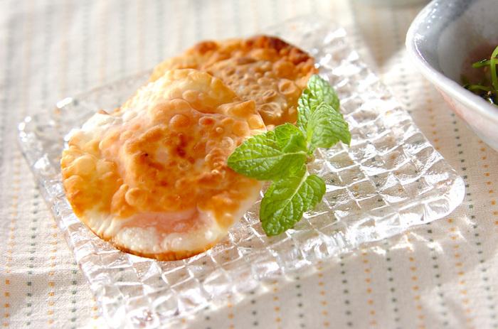 餃子の皮で、いちごジャムとクリームチーズを包んで焼くだけ♪色んなジャムやフルーツで試してみたくなりますね。簡単に出来るので、おやつにパッと作りたい一品です。