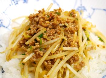もやし、豚ひき肉、青ネギというたった3つの食材を使って、こんなに美味しい中華丼を作ることができちゃいます。子供も喜ぶレシピです。