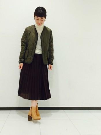 襟元の形が珍しい「ALPHA(アルファ)」のキルティングジャケット。スカートと合わせて女性らしいスタイルに。真冬には、コートのインナーにもなりますね。