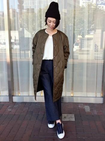 襟元をスッキリさせて着ればぐんと大人っぽい印象に。ロング丈のジャケットはシンプルコーデに合います。