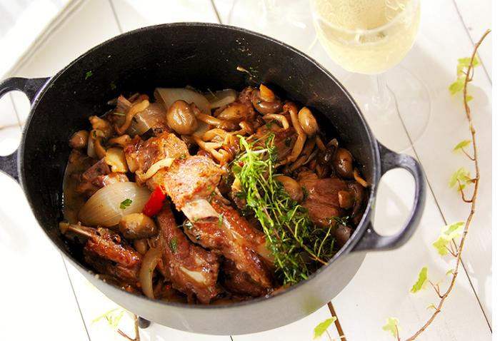 ワインビネガーに含まれる酢の力によって、バラ肉の脂っこさが消え、肉はトロトロに柔らかく…。白ワインのグラスが進みます。
