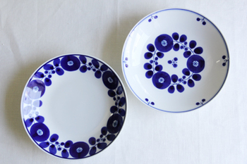 白山陶器のブルームは、磁器特有の美しい白と青のお皿です。