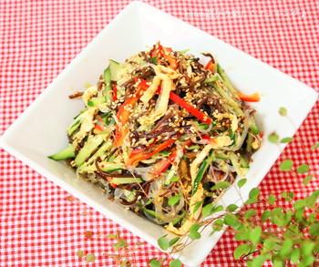 シャキシャキ食感がたまらない♪彩りも鮮やかで、食欲がそそられるサラダです。少し甘口の特製ドレッシングは、定番ドレッシングとして何度も真似したくなる美味しさです。