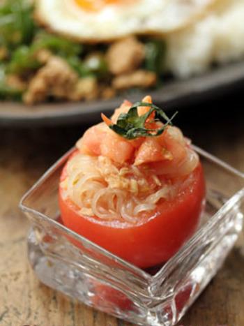 簡単なのに、見た目もオシャレで可愛いトマトカップのサラダ♪くり抜いた中身のトマトに、春雨、ツナ、ごま油、酢、お醤油で和えて、トマトカップに詰めれば完成です。