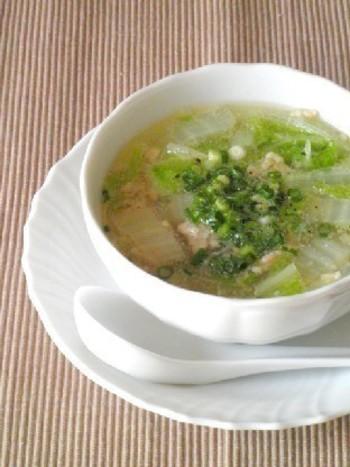 切って茹でるだけの簡単スープです。鶏肉からでたお出汁のやさしさが身体に染みわたる美味しさ♪寒くなるこれからにぴったりですね。