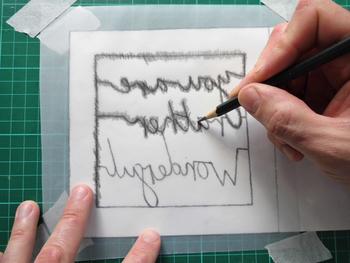 下絵の裏側から鉛筆で強めにこすり、下絵を台紙にうつします。あまり力を入れ過ぎたり、尖った鉛筆でこすると紙が破けるので気をつけて。