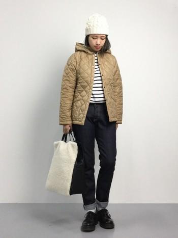 ボーイッシュなコーデもキルティングジャケットを合わせれば優しい印象に。ベージュのアウターは濃い色のボトムを合わせると引き締まります。