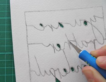 鉛筆のライン以外の部分をカッターで切り抜いていきます。文字の場合はとくに慎重に。