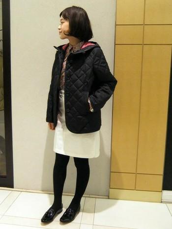 ミニマムに着こなしたスタイル。黒は大人っぽい印象になります。着ぶくれして見えてしまう方には黒がオススメです。