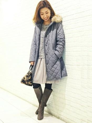 大人っぽく着こなしたい方はファー付のコートを。上品なデザインのキルティングコートで新鮮さがあります。