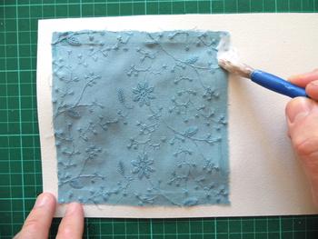 その上に、背景となる第四や布を貼り、さらにそのうえにも接着剤を塗ります。