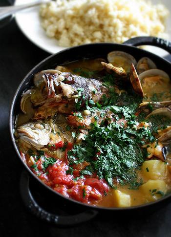 魚介は好きなものでOK。魚介とじゃがいも、トマトなどの野菜とハーブのハーモニーが楽しめます。 フランスパンを浸していただいても美味!ワインと頂く休日ならではのごちそうです。