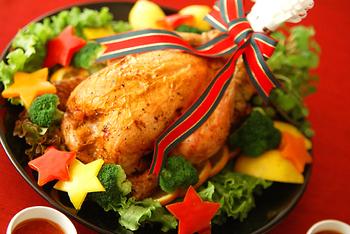 ガーリックライスの入った、お腹も心も満たされるローストチキン☆お肉にライスを詰め、サラダ油を表面に塗って、オーブンで40分、その後温度を下げて25分ほど焼きます。途中10分おきに天板に流れ出た焼き汁を、スプーン等ですくって鶏肉にかけて、パリパリジュージーな仕上がりに。トマトソースを添えてみんなでわいわい取り分けましょう♪
