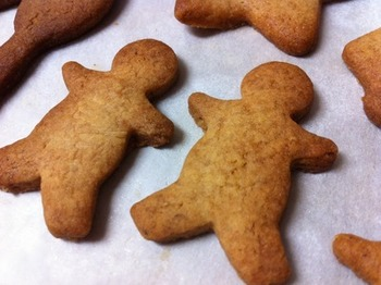 海外では、クリスマスといえば生姜が入ったジンジャークッキーが定番です。こちらのレシピでは、シナモン、クローブ、ナツメグも加え、スパイシーな大人味に仕上げます。