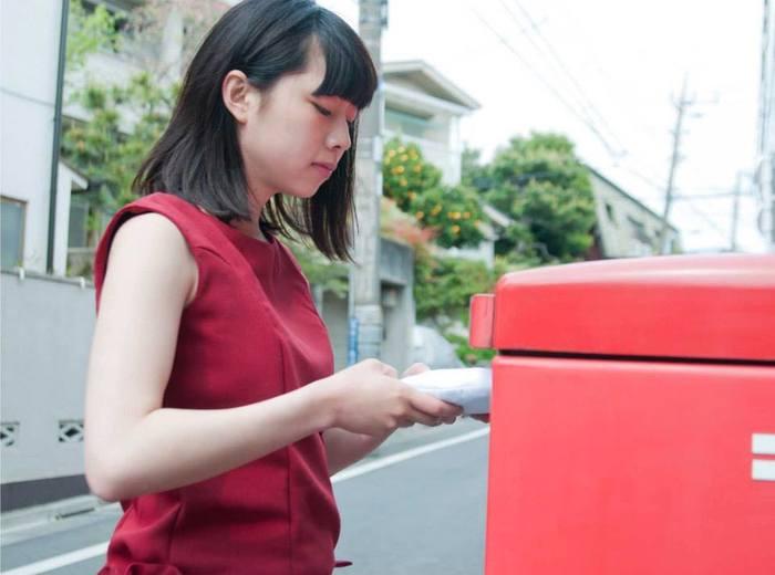 なんと普通の郵便ポストに投函できるのです!気軽に送ることができますね。 photo:アキタカオリ
