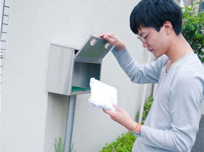 ポストに白くてふわっとした想いを乗せた封筒が届きます。何だろう!?とビックリする顔が目に浮かびます。 photo:アキタカオリ