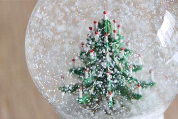 ホワイトクリスマスをイメージさせる、真っ白な雪がとっても素敵。ツリーを飾るスペースが無くても、スノードームだったらちょこんと置けて可愛い♡