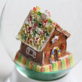 お菓子の家、ジンジャーブレッドハウスモチーフのこちらのスノードーム。ディテールにこだわって作られていて、本物のジンジャーブレッドハウスが中に入っているみたい。