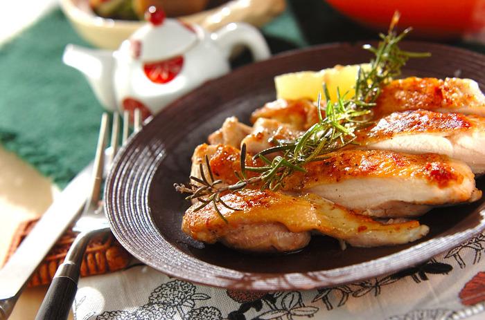 ローズマリーとレモンの風味豊かなチキンのハーブ焼き。重しを乗せてパリッとやいた香ばしい皮とジューシーな身は絶品です。