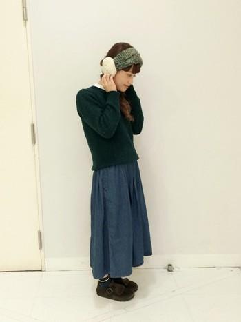デニム素材のスカートと合わせてカジュアルにまとめるのもかわいいですね。