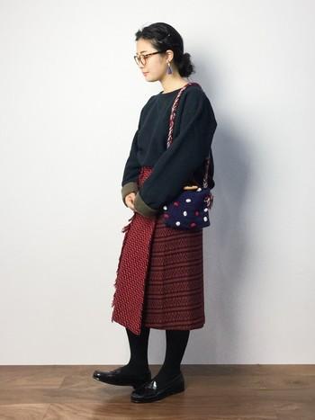 巻きスカートならではのアシンメトリースタイルで、エスニックなイメージの装いも完成します。ボトムに色や柄を持ってくることで秋冬はぐっとオシャレ度が高まります*