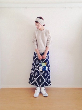 大胆なテキスタイルの巻きスカートも、ボトムならコーディネートに取り入れやすい。全体をベージュで合わせて、優しい印象にするコーディネートがおすすめです。