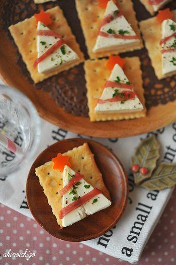 クリームチーズのツリーをクラッカーにトッピング。ガーランドに見立てた生ハムの塩気がほど良く効いて、後を引く美味しさです。
