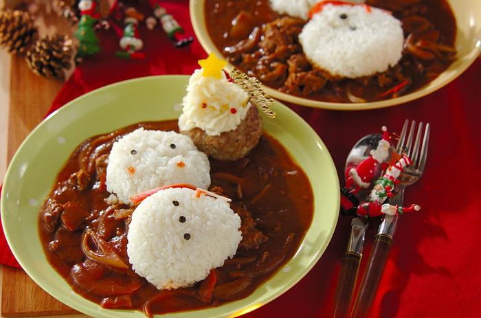電子レンジで作った簡単カレーをクリスマスバージョンにアレンジ。ハンバーグも添えて、お子様も喜ぶメインディッシュです。