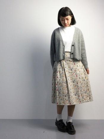 女の子らしい小花柄の巻きスカートは、デザイン性が高いのでシンプルで清楚なこんなスタイルがおすすめ!インナーのウエストインに、羽織のカーディガンのバランスが絶妙ですね。