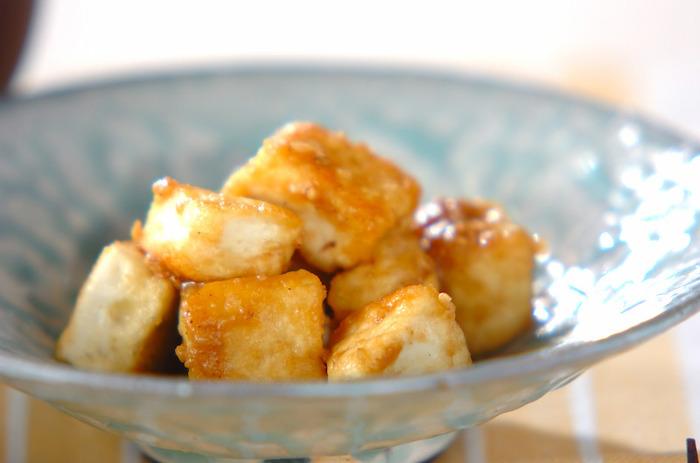 豆腐に小麦粉を絡めてカリッと焼いただけ。甘めでゴマの風味が効いたたれが美味しい、簡単&節約レシピです。