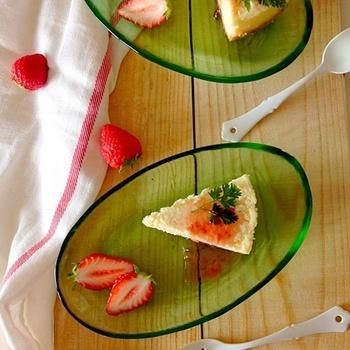 材料を混ぜて炊飯器に入れるだけの簡単レシピ。機種によりますが、30~45分で出来上がりとなんとも簡単でおいしいチーズケーキです。