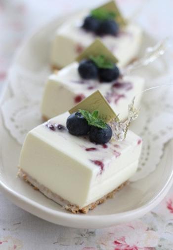 マリーのビスケットをバターとあわすことでより濃厚に、そして固まりやすくなります。レアチーズケーキの土台にもってこいの甘い味わいです。