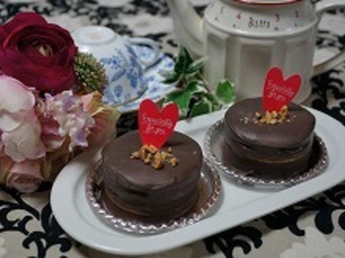 こちらのケーキはマリーとチョコレートを何度か重ね合わせてできています。ペパーミントの爽やかな香りが広がり、まさに大人のスイーツです。切った時の断面は感動的です。